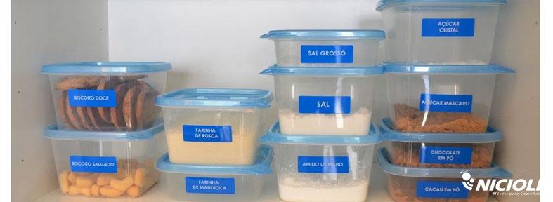Depois de abertos, guarde alimentos como biscoitos, batatinha palha, arroz e feijão em caixinhas de plástico transparente | Nicioli